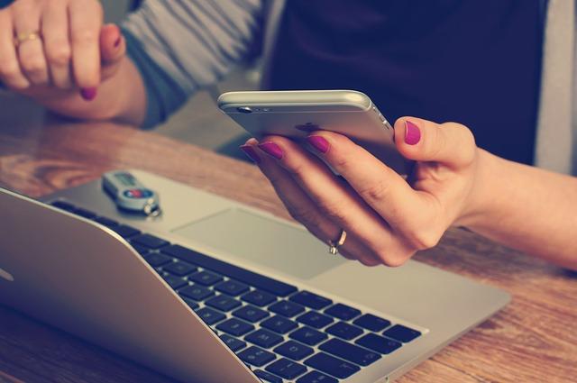 Mit einem Live-Chat können Sie auch von unterwegs leisten